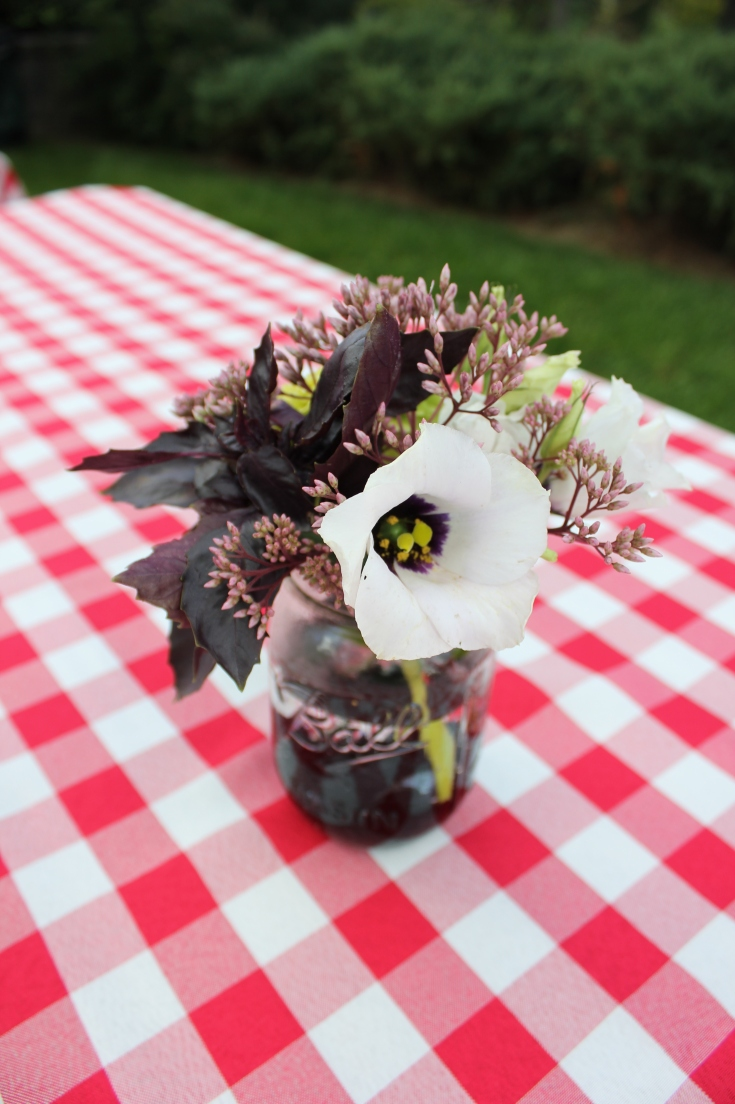 Simple centerpiece for a summer picnic